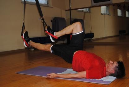 Nur noch die Schultern berühren den Boden, der restliche Rücken wird nach oben gedrückt u durch Anspannung gehalten, die Beine abwechselnd herangezogen ohne dabei den Po und Rücken abzusenken