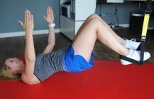 Arme hoch, Po hoch, halten und dann die Knie ranziehen - Bauch- und Potraining
